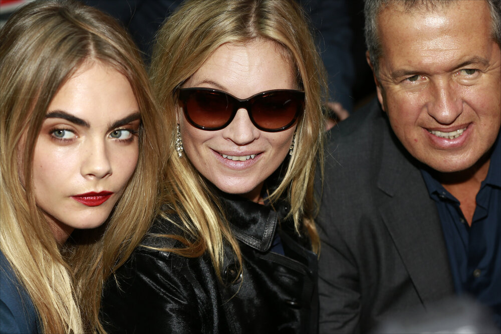 Kate Moss, with Cara Delevigne (L) and Mario Testino (R) (By Walterlan Papetti, licensed under CC BY-SA 4.0)
